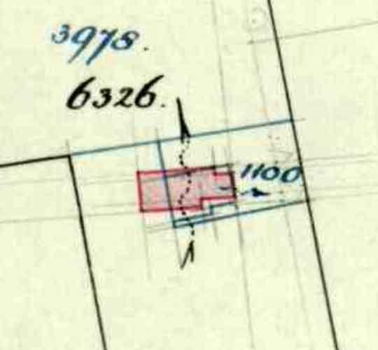 Duidelijk zichtbaar op dit kaartje de herbouw van de woning, waarbij rood de nieuwe situatie is.