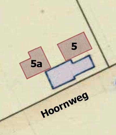 Huidige woningen Hoornweg 5 en 5a (rood) en de oude woning (blauw).