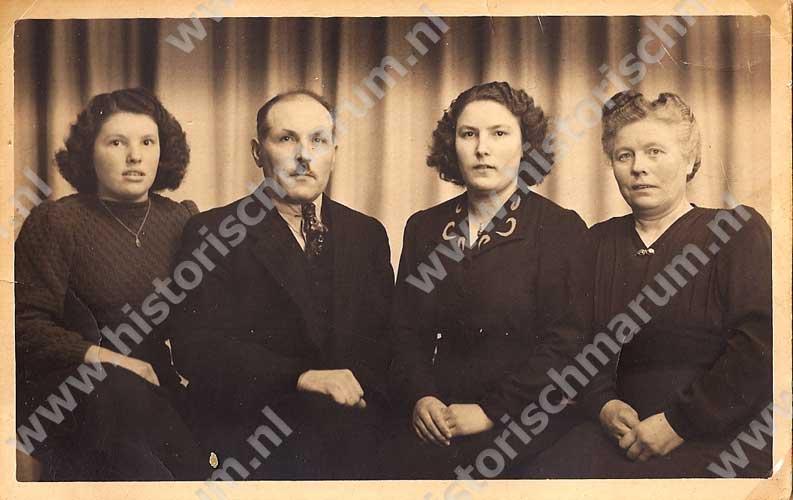 Hendrik Bergsma en Berendtje Stenekes met dochters Etje (geheel links) en Froukje (2e van rechts).