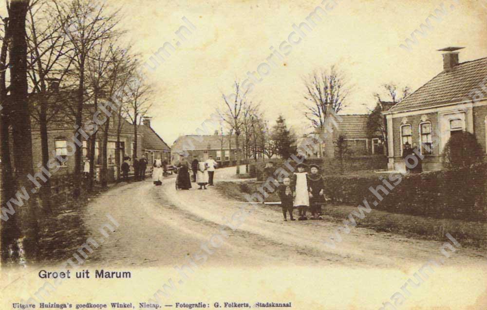 Omstreeks 1900. Dit zou er op duiden dat het echtpaar voor de woning Gerrit Bakker en Magrieta Bakker-Idsingh zijn.