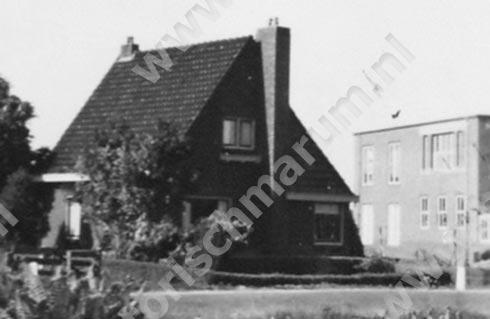 1951 Met rechts zichtbaar het winkelpand met woning van de familie Van Wijk.