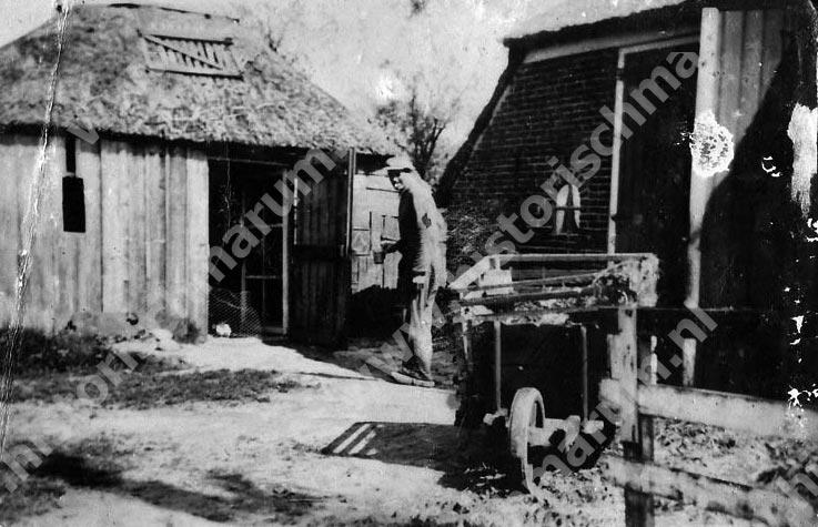 De achterzijde van de oude woning. De man is Roelf Hielema.