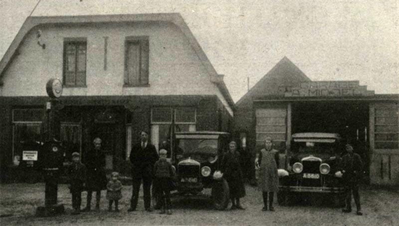 Links de latere Hoornweg 10 en rechts, de garage, de latere Hoornweg 12