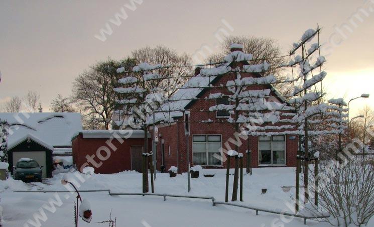In de sneeuw gezien vanaf het parallelweggetje van de Hoornweg.