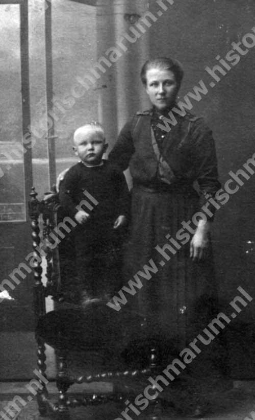 Willemke Bergsma-Buitkamp met haar oudste zoon Berent Bergsma.