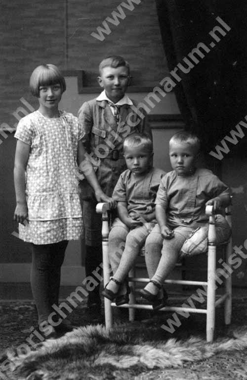 Zittend de tweeling Jan en Wolter Bergsma, staand hun zus en broer Froukje en Berent Bergsma.