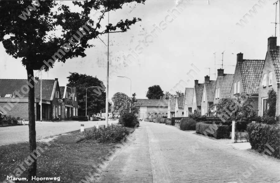 De voormalige parallelweg met geheel rechts Hoornweg 29.