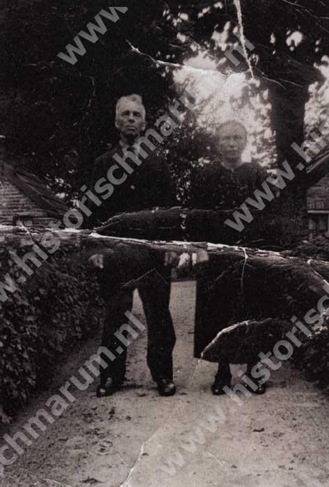 Mietje Pijpker voor het huisje aan het Bareveld, toen haar 2e man Haaije Tellinga nog leefde. Ze was eerder gehuwd met Berent Buitkamp.