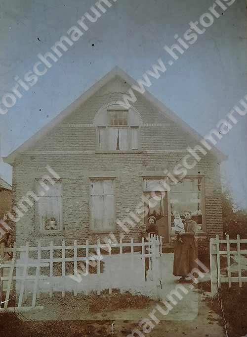 ca. 1921 schilderswinkel Rein Soetendal met ervoor mevr. Soetendal en 3 van haar kinderen