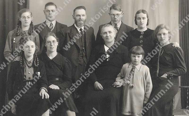 Rein en Alida Soetendal-Poelstra met kinderen: achter vlnr. Johanna (Hannie), Jouke, Harm en Martje en voor Roelfien (Roelie), Henderika Albertje (Riek), Egbertha (Bep) en Albertje (Ab).