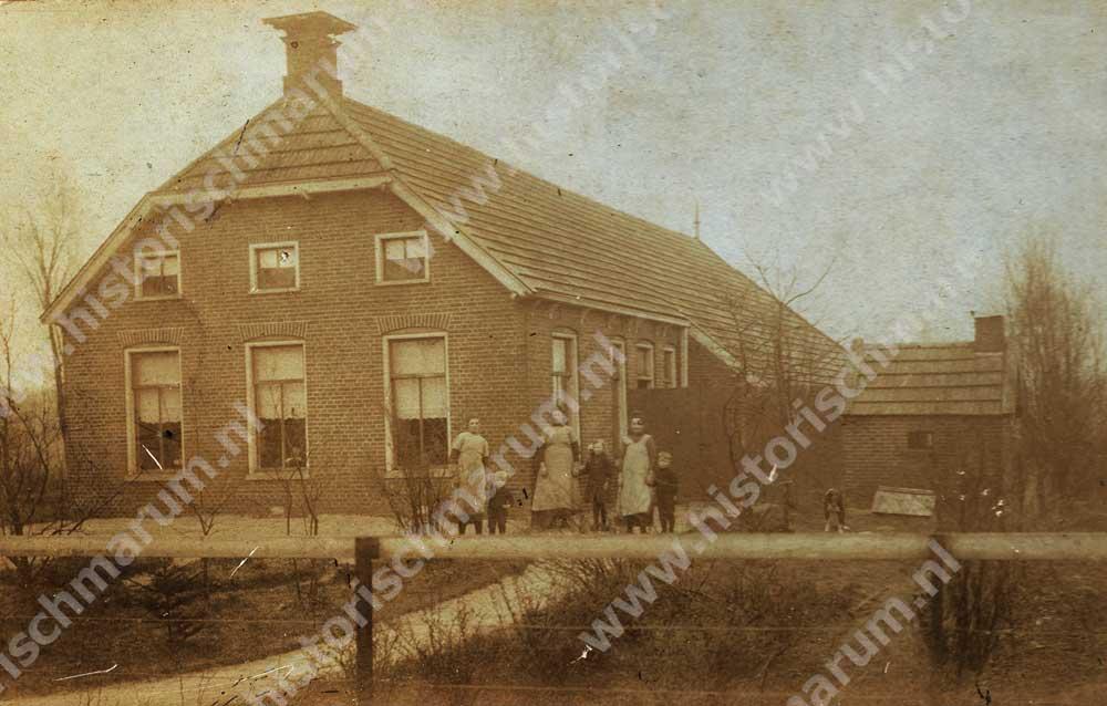 Oudste foto van ca. 1919. Rechts staat Trientje van der Wijk- Helmholt met zoon Jan en links de dienstmeid met zoon Hendrik. De personen in het midden zijn Anna Catharina Rosema-Helmholt (zus van Trientje) met waarschijnlijk haar oudste dochter Henderika Jakoba.