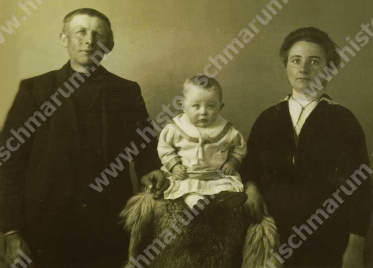 Derk van der Wijk en Trientje Helmholt met zoon Jan (1916)
