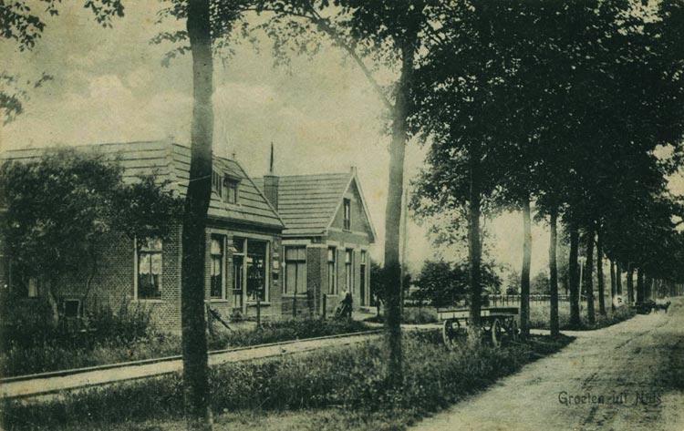 Foto uit circa 1916, links de kruidenierswinkel met daarnaast Nieuweweg 25. Nr. 23 werd pas in 1917 gebouwd en ontbreekt op deze foto nog