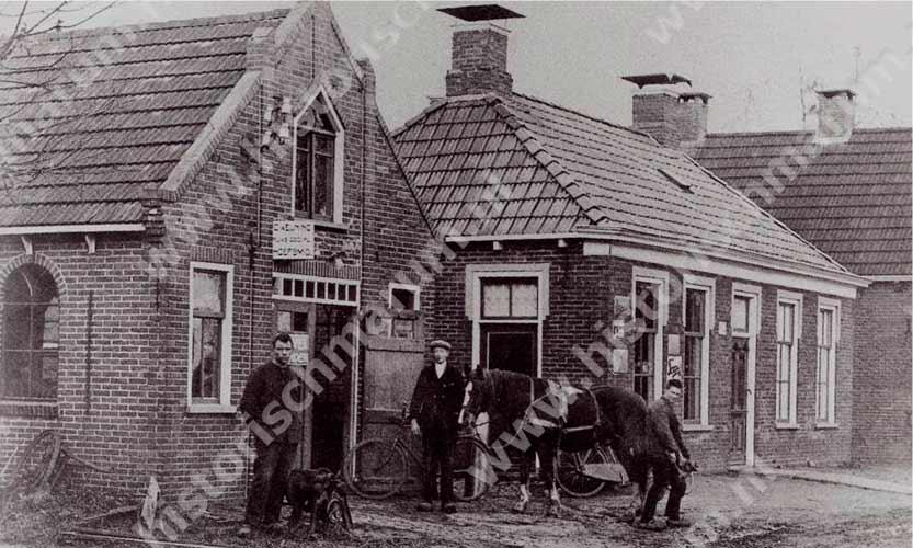 De smederij links en woning rechts van smid Keuning, de man links op de foto.