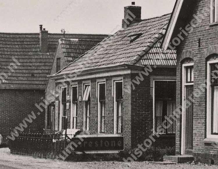 Fragment uit de foto van Nieuweweg 58 met de woning en smederij van Keuning, rechts de stelmakerij van Harms.