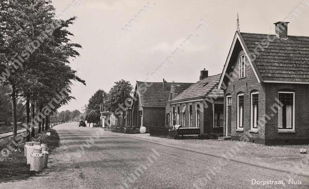 Rechts de stelmakerij van Harms in 1953, links ervan de woning en smederij van Keuning nr. 56 en 54 en in het midden zichtbaar garage Hazenberg (nr 48 en 50)