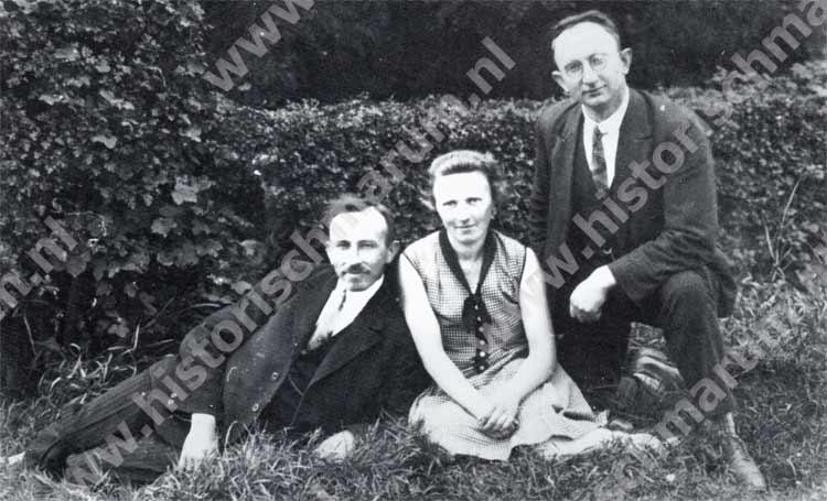 Meester Jan Bron rechts met meester Jannes Cupery en juffrouw Henderike Tjassens, 1930.