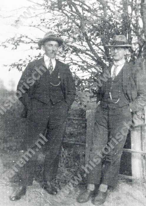 Meester Jan Bron rechts en meester Jannes Cupery in 1930 tijdens hun gezamenlijke hobby: pijp roken.