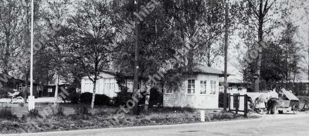 De ingang met portiershuisje van het barakkenkamp aan de Nieuweweg.