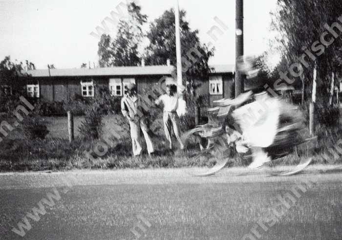 Kamp gezien vanaf de Nieuweweg, links is barak J van de Molukkers.