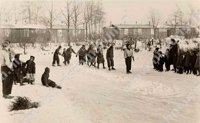 Sneeuwpret voor de kampbewoners, iets wat in hun thuisland niet voorkwam.