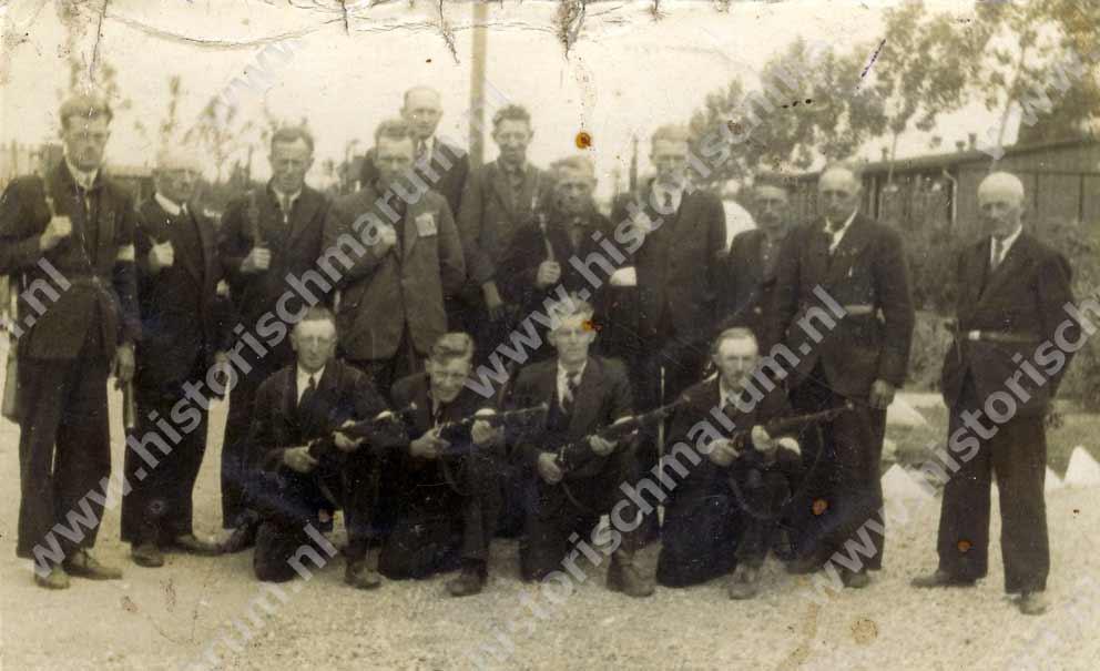 Kampwacht van het interneringskamp: boven 6e van links is Jan Jakobs en 3e van rechts vermoedelijk Salomon Renkema.